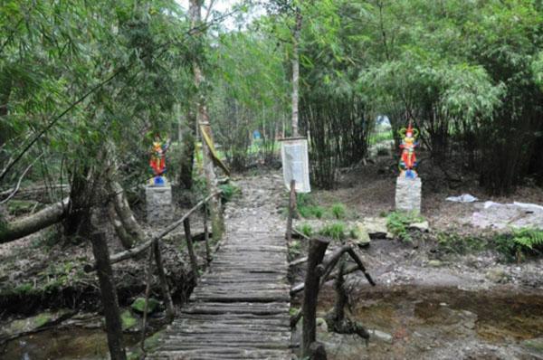 Chuyến đi khám phá chùa Địa Ngục ẩn sâu trong rừng ma, ao dứa